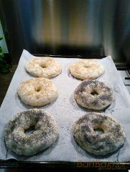 Gekookte bagels met topping