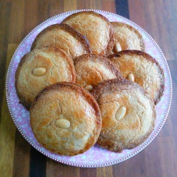 Gevulde koeken op bord_cropped