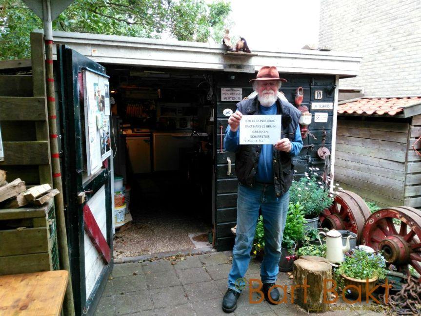 Hans Ditzel voor zijn winkel 'Het Olde Ambaecht